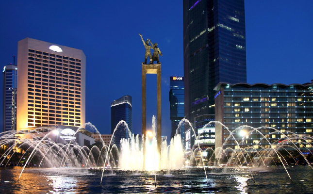 JC-009 Welcome Statue at Hotel Indonesia Roundabout at night 3